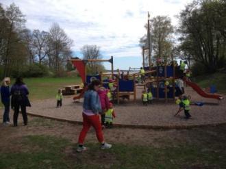 Nya lekplatsen intogs snabbt av leksugna förskolebarn.