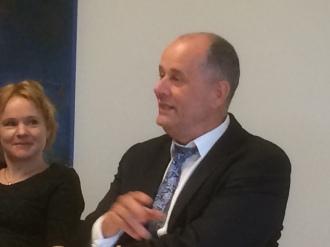 Peter Norman med pressekreteraren Victoria Eriksson tar del av information om Österåker.