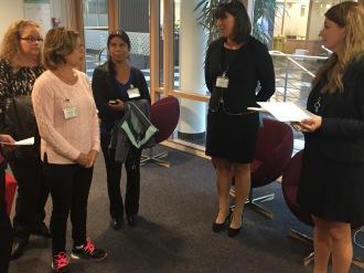 Pia, Elisabeth och Titti från Ljusteröinitiativet berättar om trafiksituationen på Ljusterö för Helena Sundberg, regionchef Trafikverket.